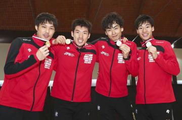 フェンシング男子エペのW杯で優勝した日本チーム。(左から)山田優、見延和靖、宇山賢、加納虹輝=ブエノスアイレス(ゲッティ=共同)