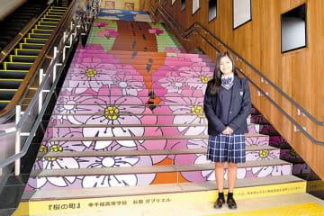 階段アートの前に立つ杉原ガブリエルさん