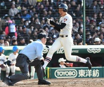 日章学園―習志野 1回表、角田の走者一掃となる適時三塁打で本塁に生還する習志野の一走兼子=甲子園