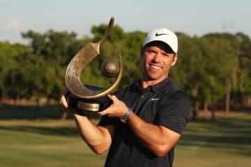 米男子ゴルフのバルスパー選手権 トロフィーを掲げるポール・ケーシー=24日、フロリダ州パームハーバー(ゲッティ=共同)