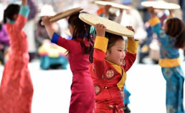 歌や踊りで民主改革60周年を祝う チベット自治区