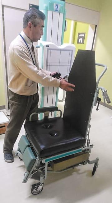 胸部エックス線検査を座ったまま受けられる宮城県結核予防会の専用車いす=仙台市青葉区