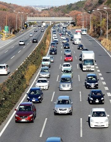 渋滞する東名高速道路の横浜町田IC付近=2014年12月