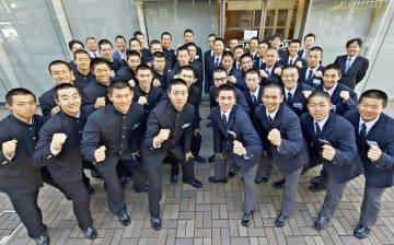 表敬訪問した桐蔭学園ナイン(右側)と横浜ナイン=横浜市中区の神奈川新聞社本社前