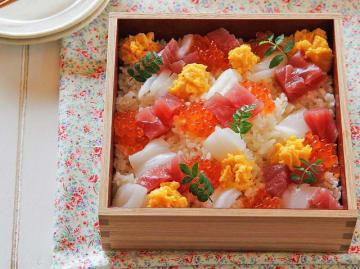 王道のちらし寿司と言えば、海鮮です。お刺身を盛り付けるだけで、とても簡単ですが見た目は華やか。