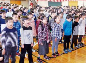 3学期の修了式で元気に校歌を歌う子どもたち=25日午前9時半ごろ、室蘭市知利別小学校