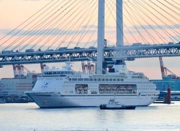 横浜ベイブリッジをくぐり初入港した「コロンバス」=12日午前5時55分ごろ、横浜港