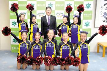 森田光一市長(中央)を表敬訪問した「JAMBOREEハイーズ」の選手=東松山市市長公室