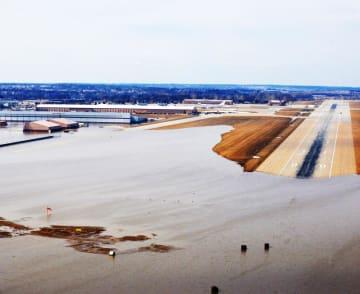 豪雨や雪解け水で複数の州の河川が氾濫して大規模洪水が発生し、米ネブラスカ州オファット米空軍基地では滑走路の3分の1、同基地内の建物30カ所が浸水した=17日(米空軍提供)