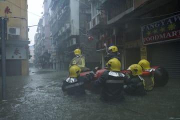 2018年台風22号の影響で浸水被害の出たマカオ半島内港エリアで救援活動を行うマカオ保安部隊ら(資料)=2018年9月16日(写真:GCS)