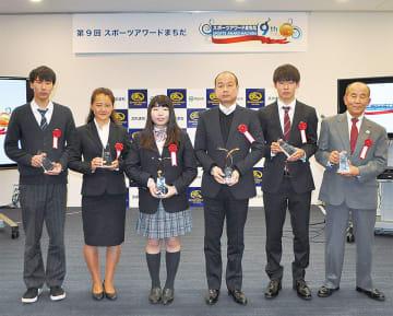 グランプリの冨高さん(左から3人目)と受賞者ら