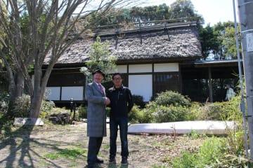 池田武邦さんの長男、邦太郎さんと握手を交わす新オーナーのデンビーさん(左)=西海市、邦久庵