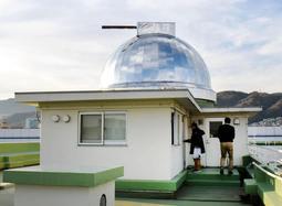 建物の上に鎮座する天文台=東灘区深江南町5