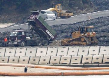沖縄県名護市辺野古の沿岸部の新たな区域に投入された土砂(中央)=25日午後