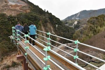展望所に設けた仮設の展望台からは立野ダム本体を正面に見ることができる=南阿蘇村
