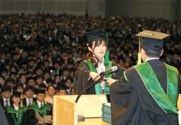 約3千人の学生が巣立った新潟大の卒業式=25日、新潟市中央区の朱鷺メッセ