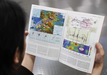 京都大の男性教授の論文が掲載された科学誌サイエンス。不正が疑われる図は右のページの一番下=14日、東京・東新橋