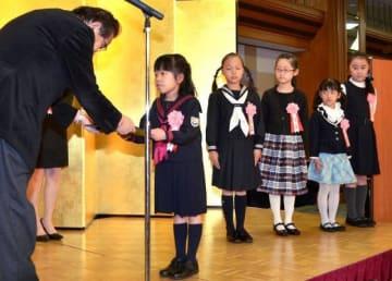 ストーリー部門子どもの部で最優秀賞となり、表彰を受ける東さん(左から2人目)