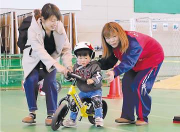ランニングバイクに挑戦する子ども