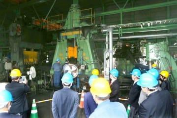 約8カ月ぶりに生産を再開した川上鉄工所。再稼働したラインを関係者に披露した=25日、総社市下原
