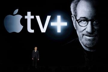 アップルの動画配信サービスについて語るスティーブン・スピールバーグ監督=25日、クパチーノ(AP=共同)