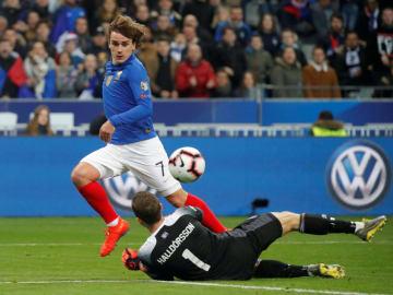 2020年欧州選手権予選H組、アイスランド戦でチームの4点目を決めるフランスのグリーズマン=25日、サンドニ(ロイター=共同)