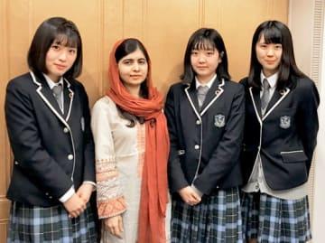マララさんと会談した(右から)秋山さん、青田さん。左は渡辺さん