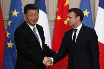 会談した中国の習近平国家主席(左)とフランスのマクロン大統領=25日、パリ(AP=共同)