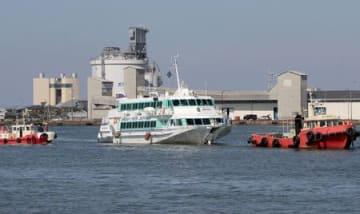 大型海洋生物とみられる水中浮遊物と接触事故を起こした佐渡汽船のジェットフォイル「ぎんが」