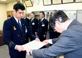 表彰状を受け取る吉田消防長