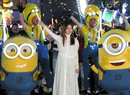 USJのナイトパレードで、ミニオンたちと一緒にダンスし、楽しむ石原さとみさん=USJ