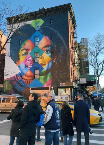 論争が広がっている、米ニューヨーク・イーストビレッジのマイケル・ジャクソンさんの壁画=23日(共同)