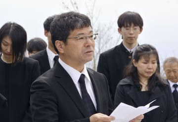 遺族らが開いた追悼式で、雪崩事故で犠牲になった息子の宏祐さんへ語り掛ける佐藤政充さん=26日午前、栃木県那須町
