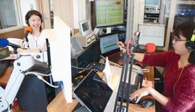 新スタジオから放送するFMびゅーのスタッフ