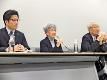 安倍首相との面会後、会見に臨んだ横田早紀江さん(中央)=参院議員会館