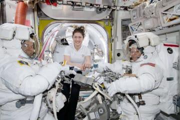 史上初めて女性ペアで船外活動をおこなう予定だったアン・マクレーンさん(右)と、クリスティーナ・コックさん(中央)(NASA提供・共同)