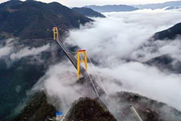 深い谷に架かる橋と雲が織りなす幻想的風景 湖北省