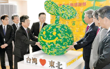 贈られたレゴ作品の感触を確かめる佐藤町長(左から3人目)