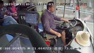 バス運転手の異変に気付き20人を救った若者 中国雲南省