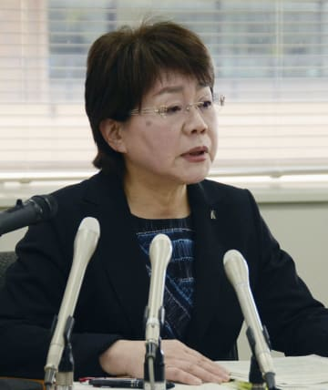 高3女子生徒が自殺した問題で第三者委の最終報告を受け、記者会見する熊本県の宮尾千加子教育長=26日午後、熊本県庁