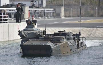 検査用の水槽の中を進む水陸両用車=26日午前、長崎県佐世保市