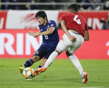 サッカーの国際親善試合、ボリビア戦の後半、先制ゴールを決める日本代表の中島翔哉(左)=26日、ノエビアスタジアム神戸