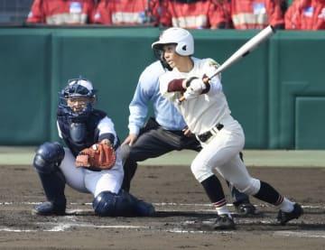 6回表富岡西、木村がライト線にタイムリーツーベースを放つ=甲子園球場