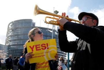 26日、フランス・ストラスブールの欧州議会前で著作権法令改正支持を訴えるデモ参加者(ロイター=共同)