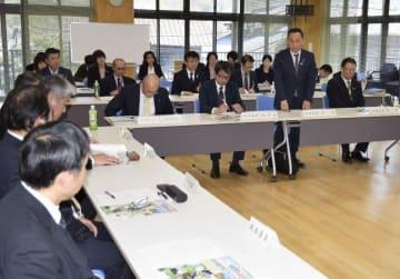 予土県境でのサイクリングイベントなど2019年度の事業計画を話し合った会合=26日午後、高知県四万十市