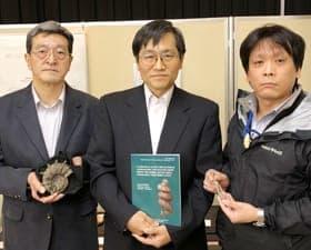 新種アンモナイトを発表する(左から)伊豆倉さん、重田博士、西村学芸員