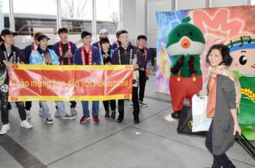 ベトナムから来た観光客を歓迎する留学生(左)ら