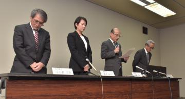 取手市教育委員会臨時会後、会見する伊藤哲教育長(右から2人目)と教育委員=同市藤代