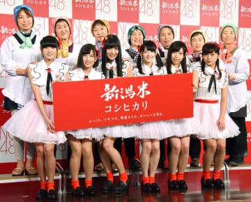 2015年、東京都内のイベントで新潟米をPRするNGT48のメンバー(前列)