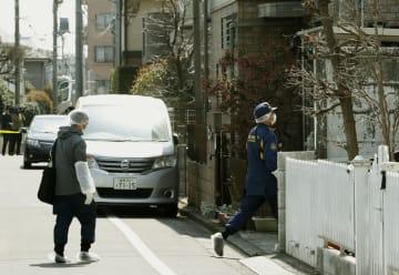 刺殺事件があった現場に向かう捜査員=27日正午、東京都杉並区